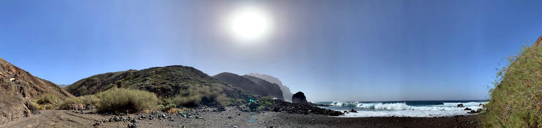 Panoramaaufnahme: der Baranco mündet ins Meer