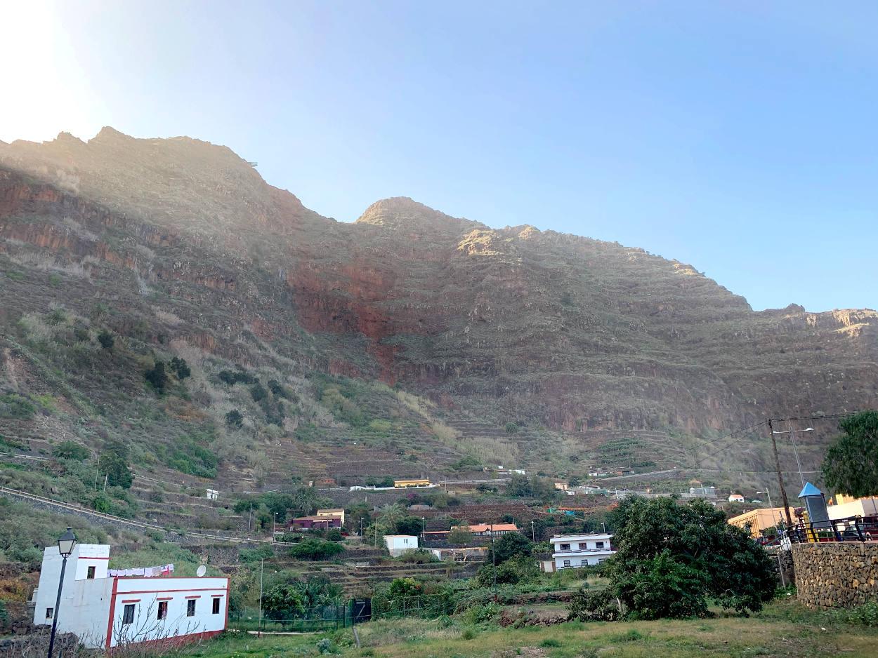 Steilwand, davor einige Häuser