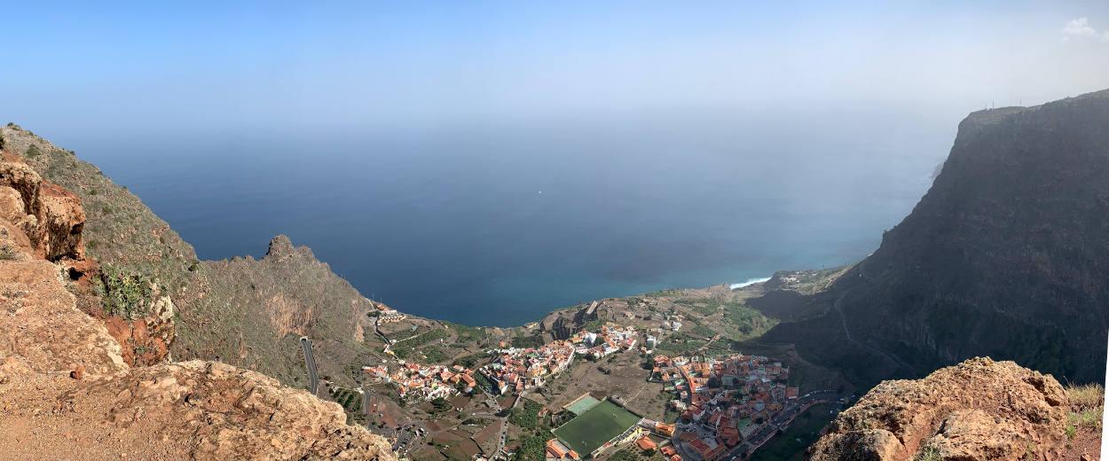 Auf der Steilwand, Blick hinab aufs Dorf und aufs Meer