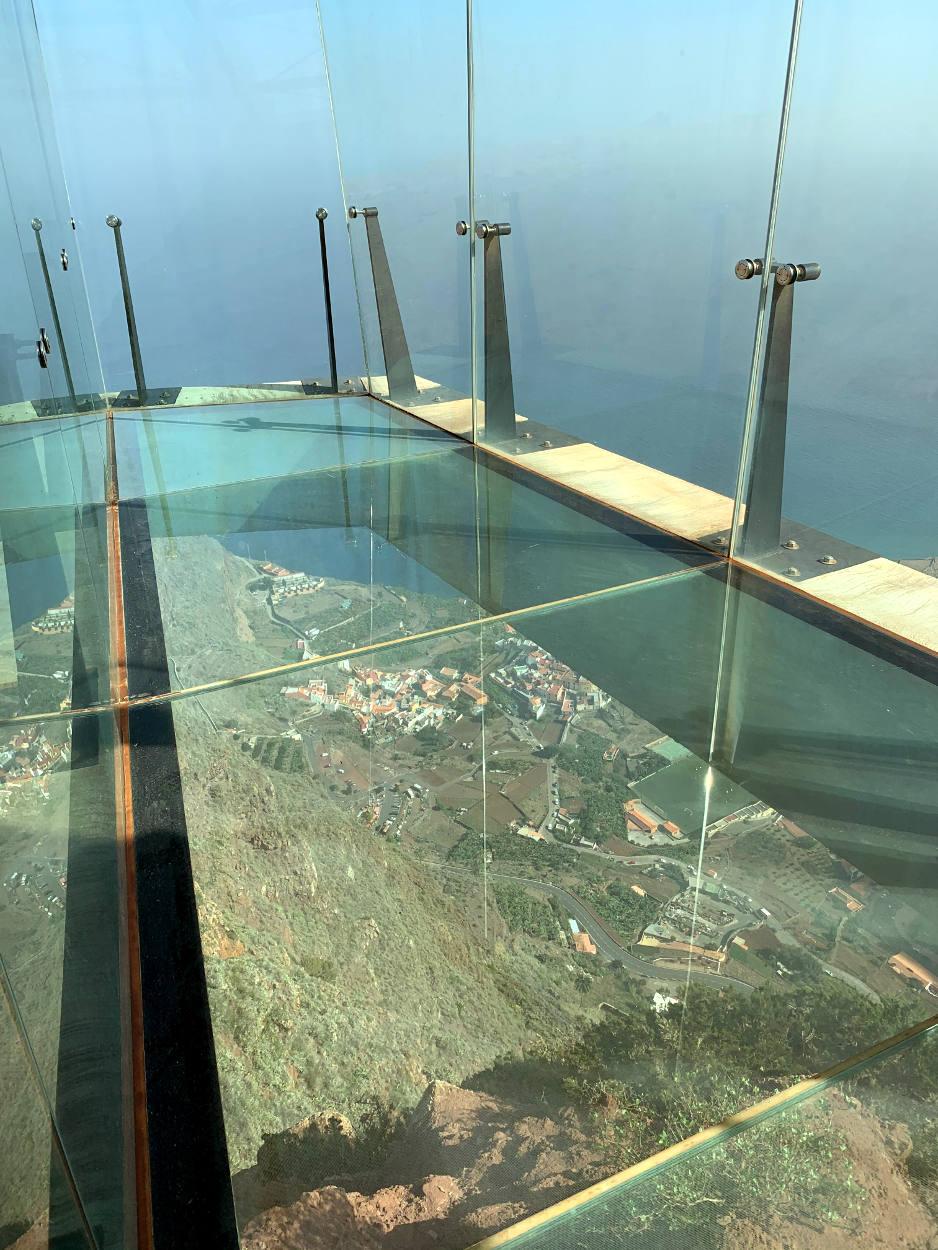 Blick durch das Bodenglas des Skywalk in den Abgrund