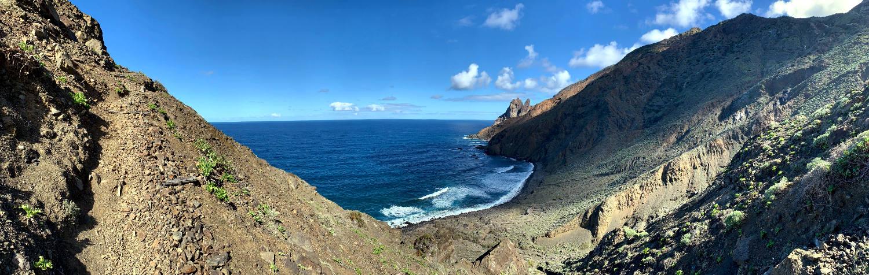 Links ein Weg, rechts das Meer aus der Höhe
