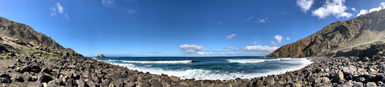 Panoramaaufnahme: Steinstrand in siner ganzen Breite