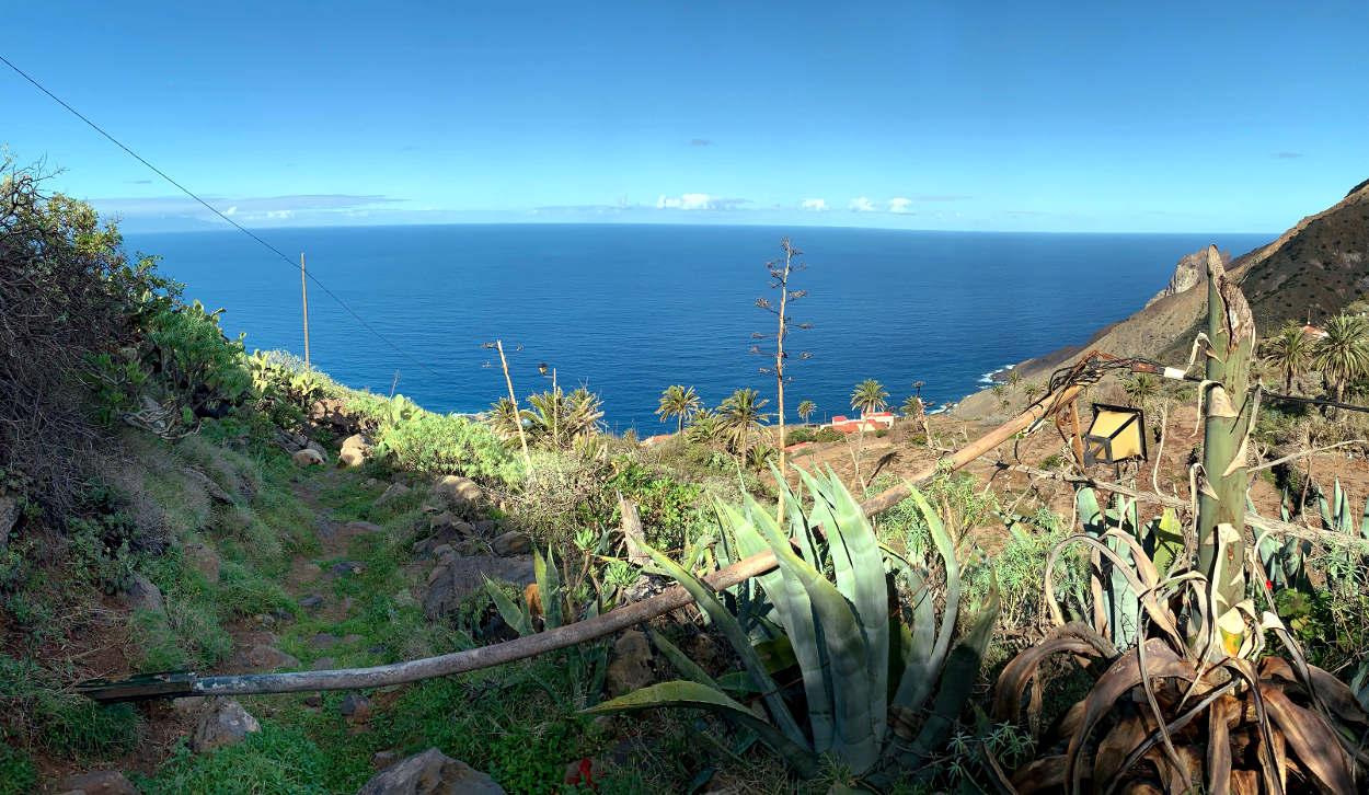 Camino in Richtung Meer, eine umgefallene Laterne liegt im Weg.