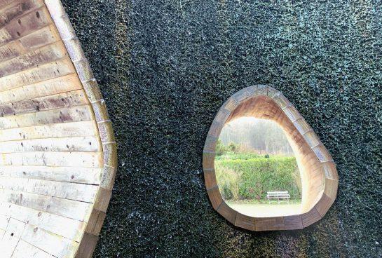 Blick aus der Saline heraus auf eine Bank