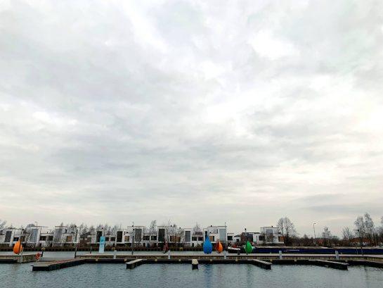 Marina Bad Essen: Leere Bootsstege, Häuser, wolkiger Winterhimmel