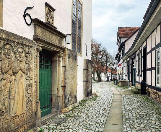 Gasse, linke Kirchenseite, alte Tür,  rechts Fachwerkäuser