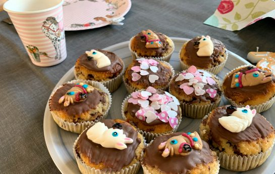 Muffins mit rosa Herzen und Pferdezuckerzeugs