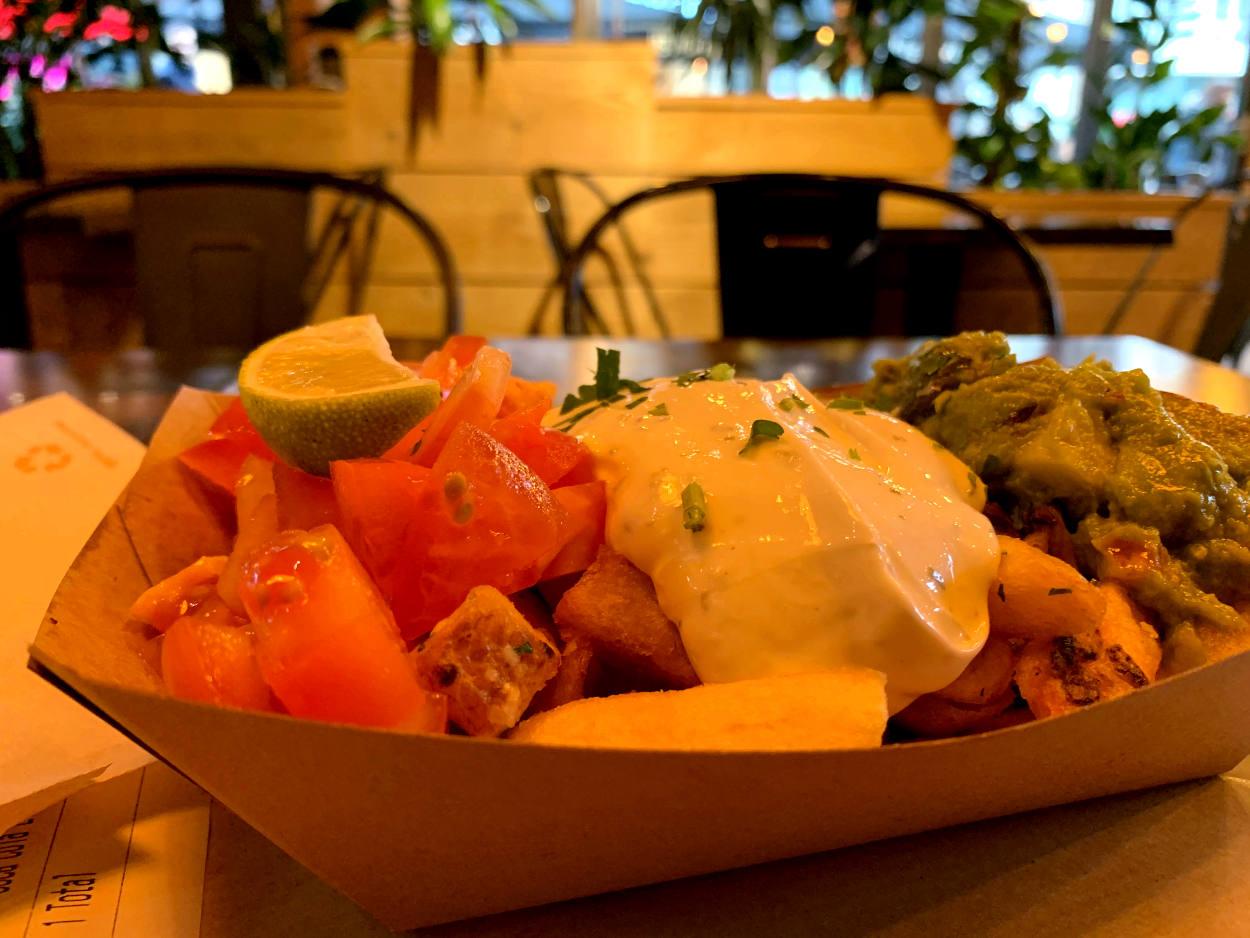 Schale Spezial-Knoblauchpommes  mit Sour Cream, Guacamole und Tomatenstückchen
