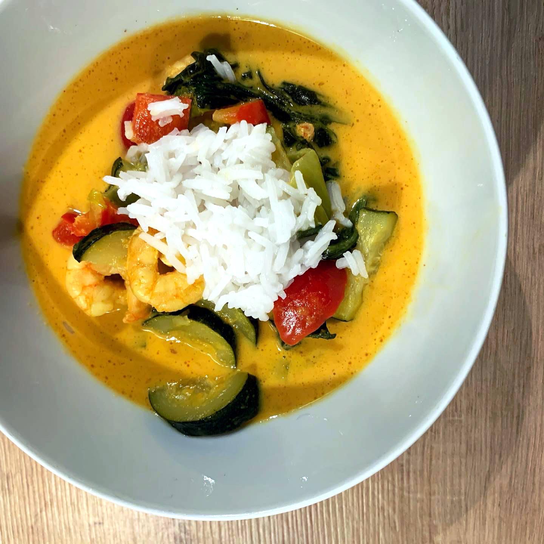 Schale mit gelbem, Curry, Reis und Gemüse