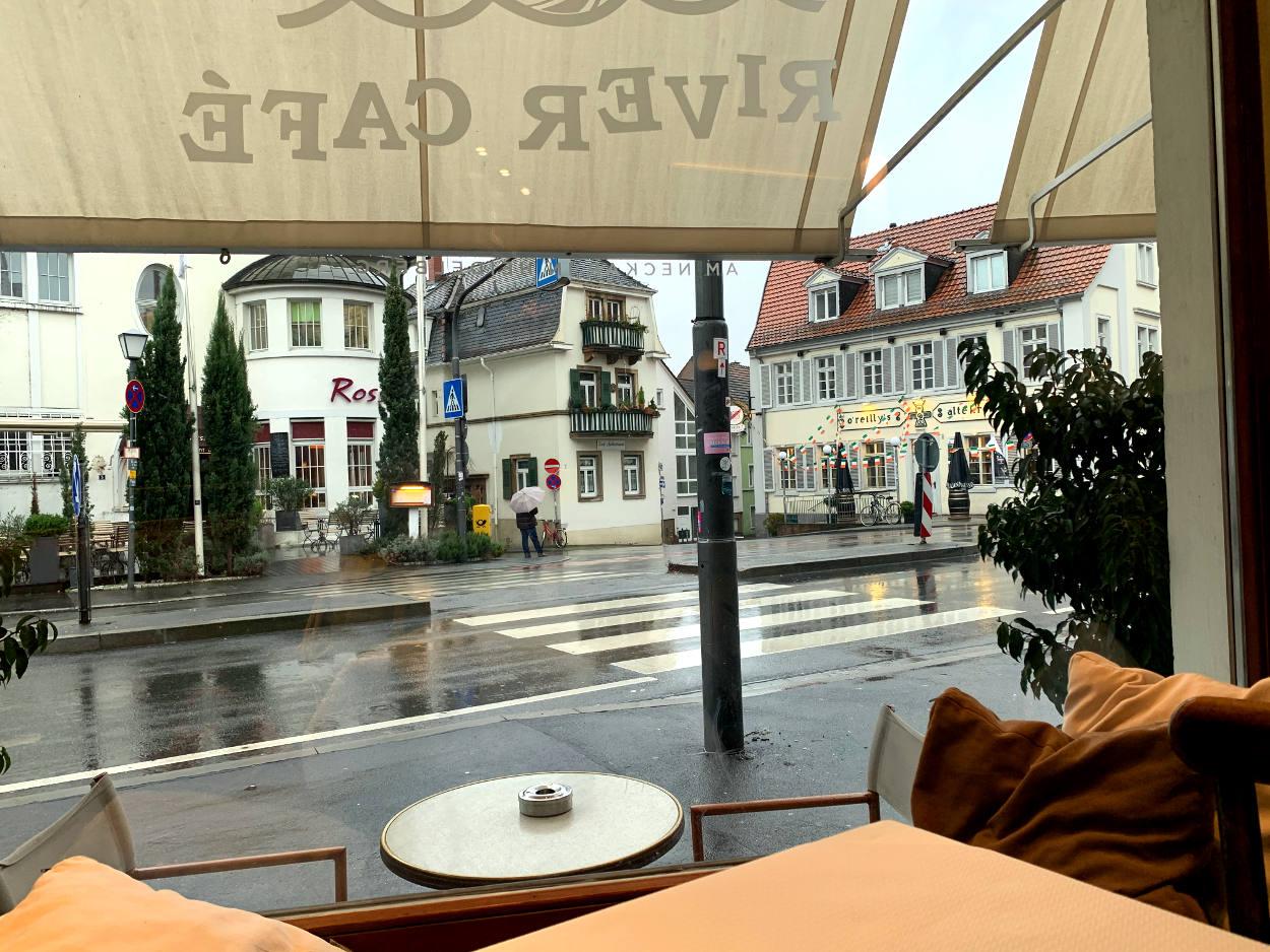 Blick auf dem Café auf die Straße, gegenüber Altstadthäuser