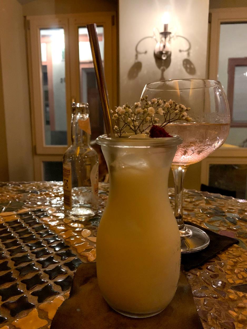 Getränk in kleinem, hohen Glas: weiß mit Blume drauf