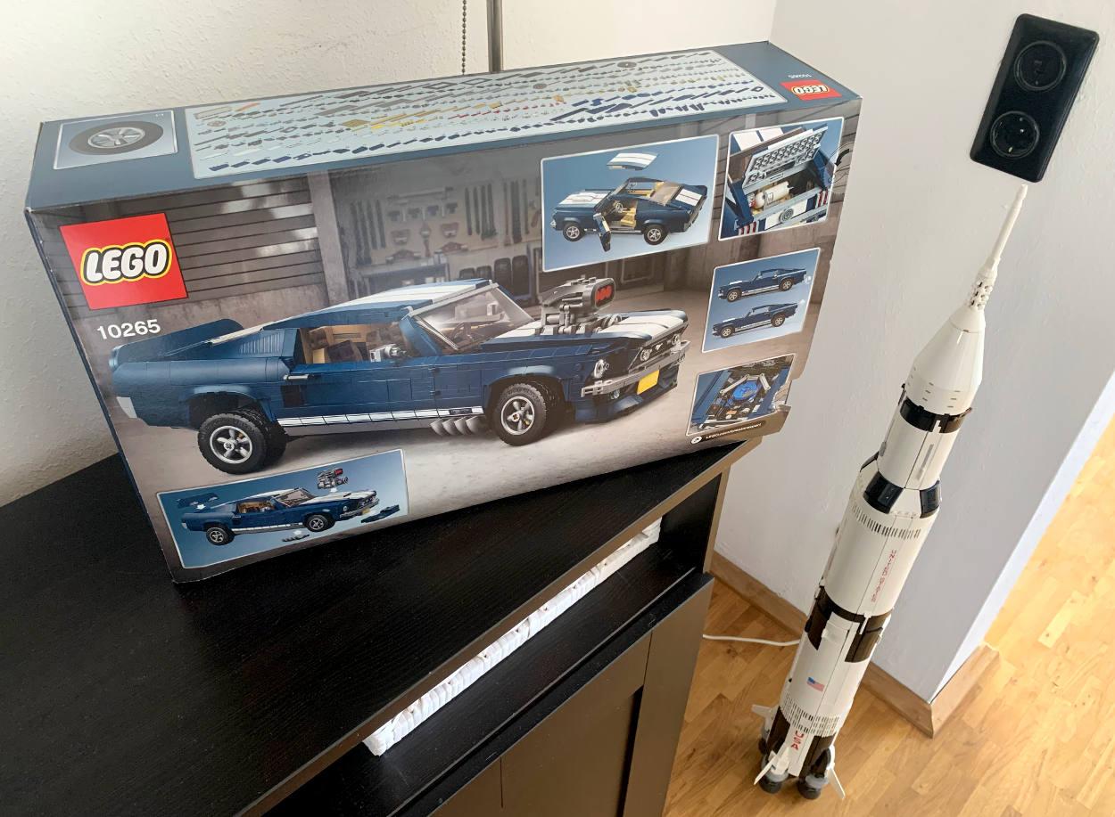 Lego Creator Ford Mustang (fotografiert neben der Saturn-IV-Rakete)