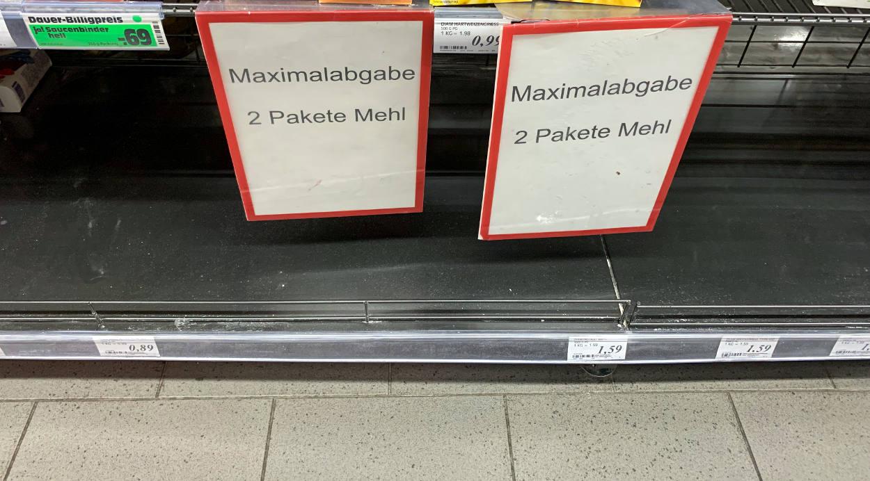 """Schilder am leeren Regal: """"Maximalabgabe 2 Pakete Mehl"""""""