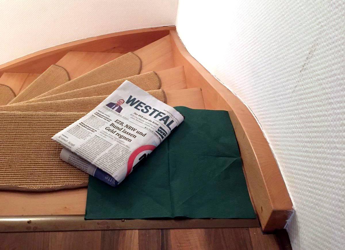 Treppenbsatz, darauf eine grüne Serviette und eine Ausgabe der Westfalenpost