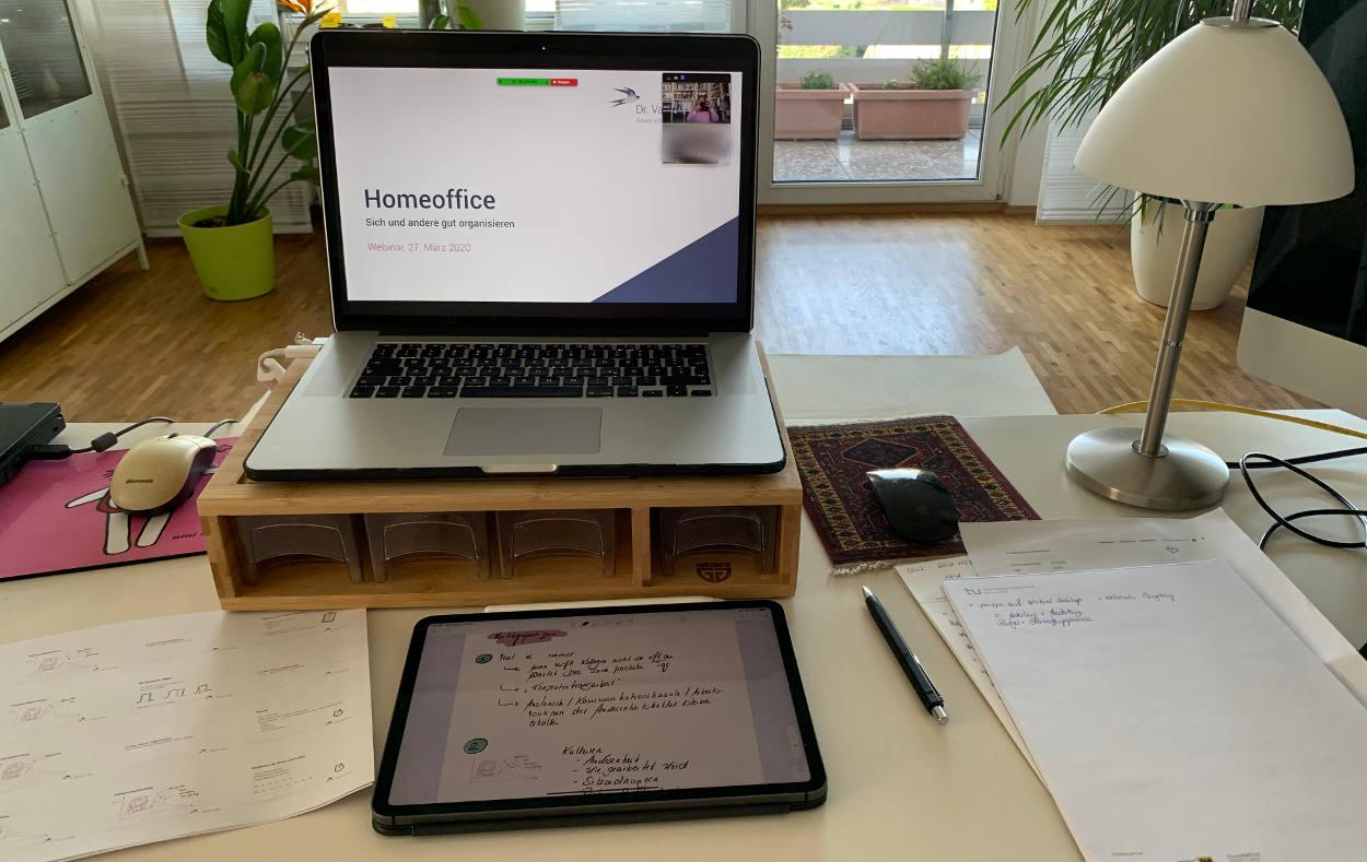 Schreibtisch mit Laptop, erhöht, Block, Stift und iPad