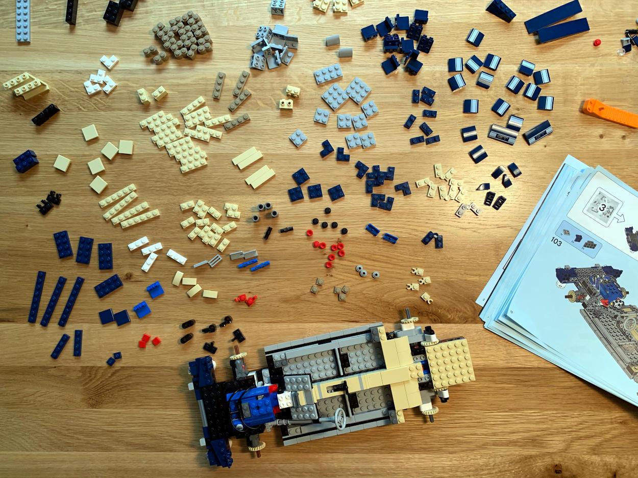Lego Creator, Ford Mustang: Jede Menge kleine Legoteile, dazu ein halb zusammengebautes Fahrwerk aus der Vogelperspektive