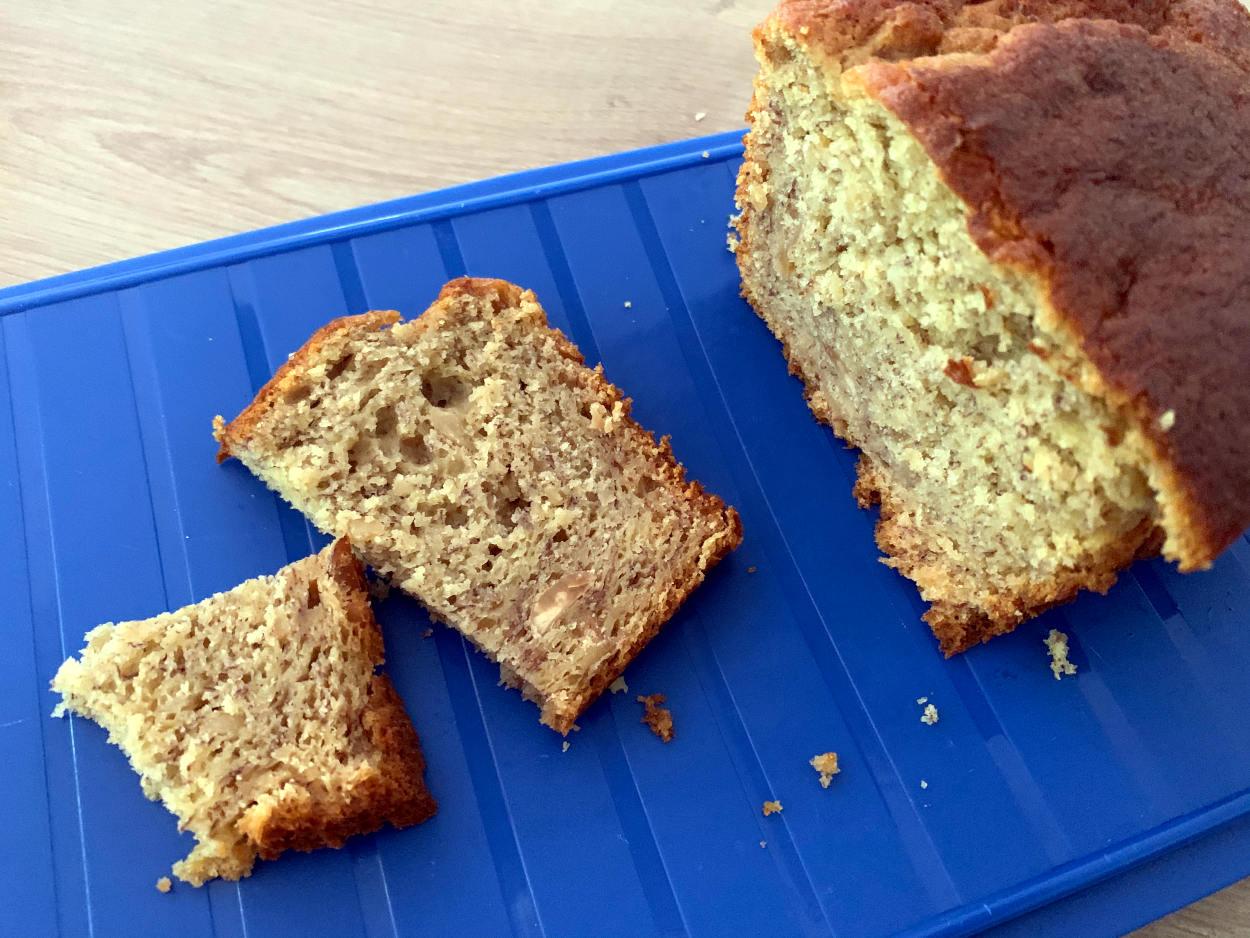 Kuchen auf blauen Tablett