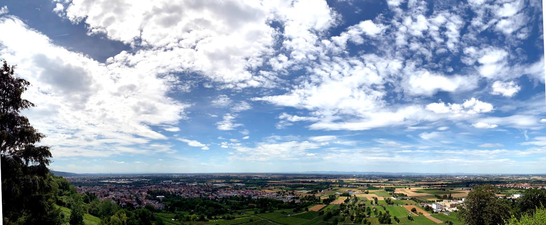 Panoramabild über die Ebene von Schriesheim, Dossenheim. Felder, Schäfchenwolken, Sonne