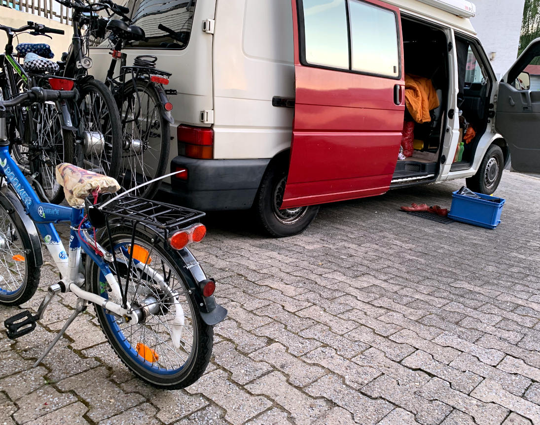 Alter VW Bulli und Fahrräder