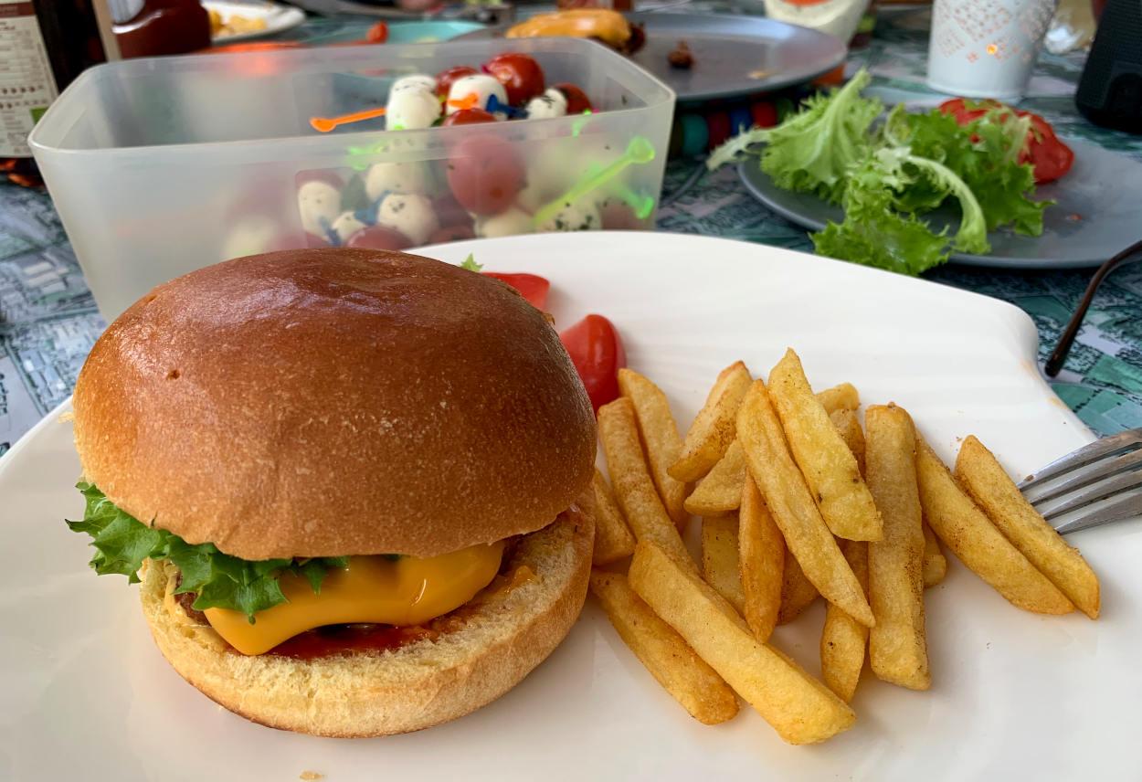 Bilderbuch-Burger mit Pommes