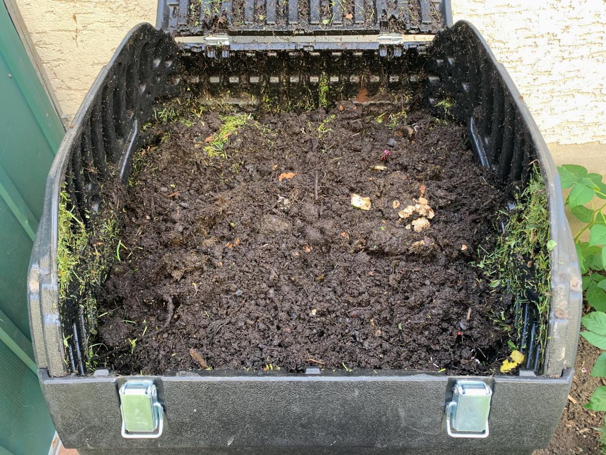 Blick in die Trommel des Komposters: alles Erde