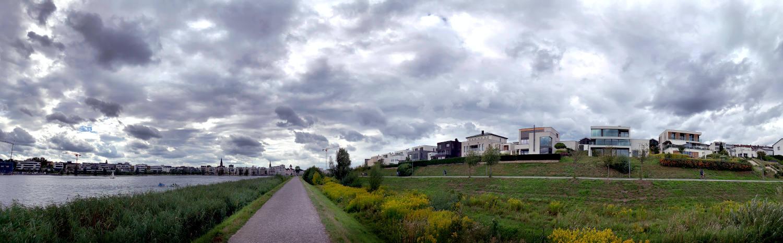 Panoramaaufnahme: links Phoenixsee, geradeaus der Se, rechts Wiese und moderne Häuser