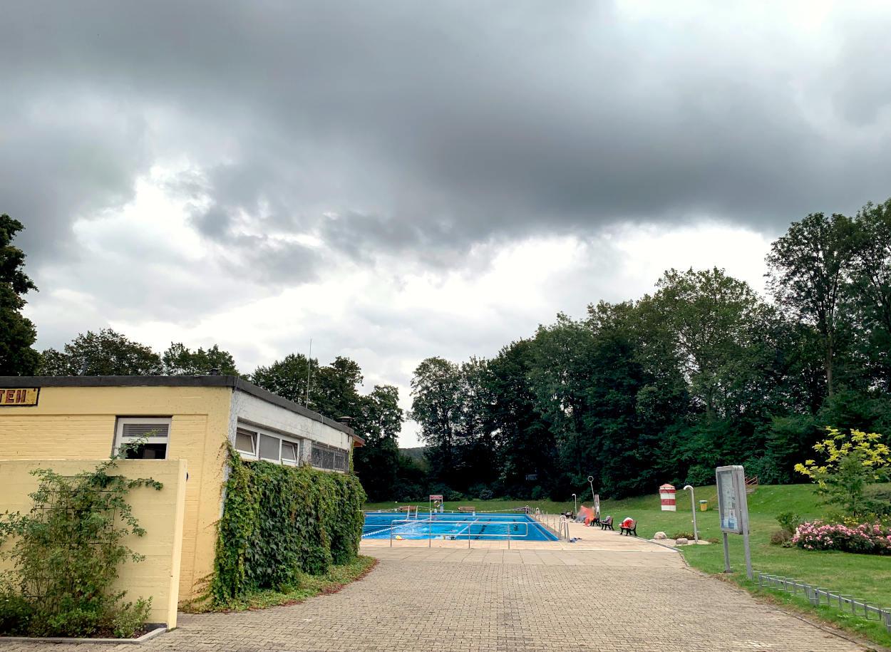 Freibad aus der Ferne, bedeckter Himmel