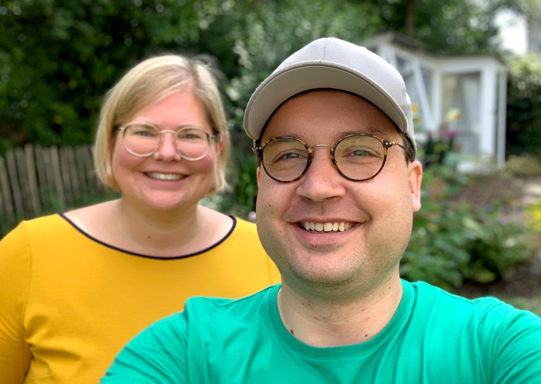 Im Vordergrund Daniel im T-Shirt mit Käppi, im Hintergrund Vanessa