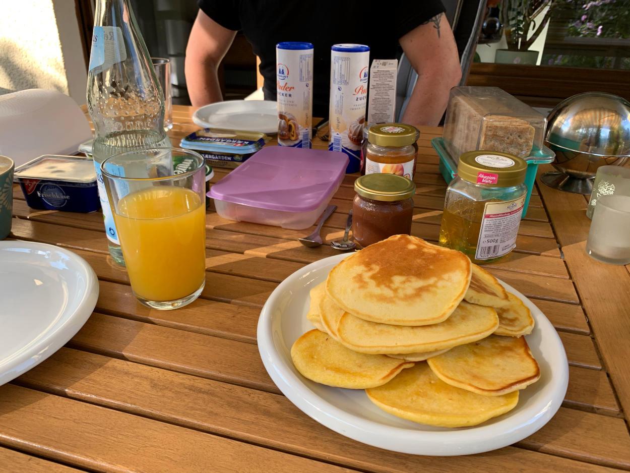 Frühstückstisch mit Pancakes