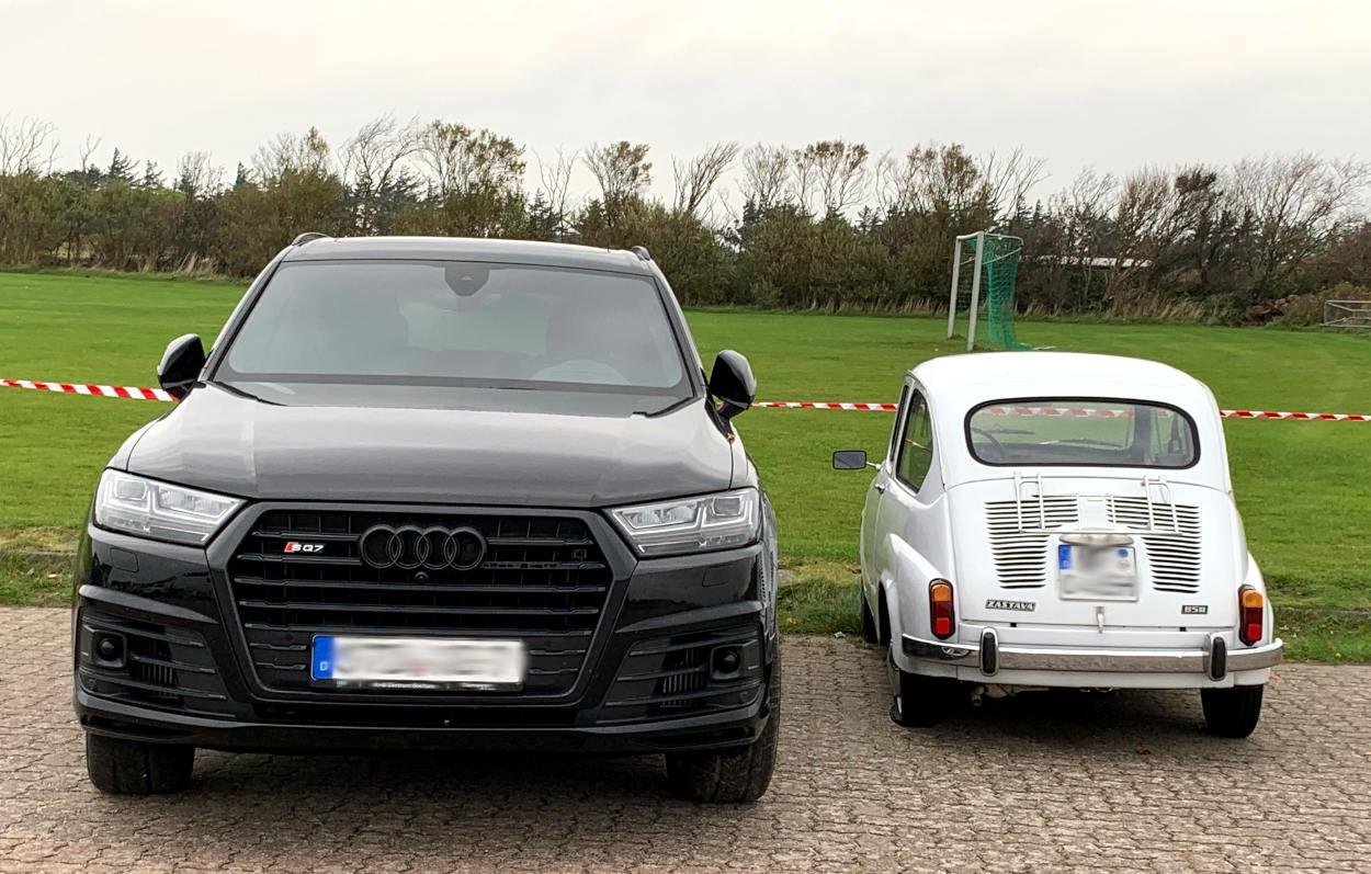 Ein schwarzer Audi-SV neben einem Gogomobil