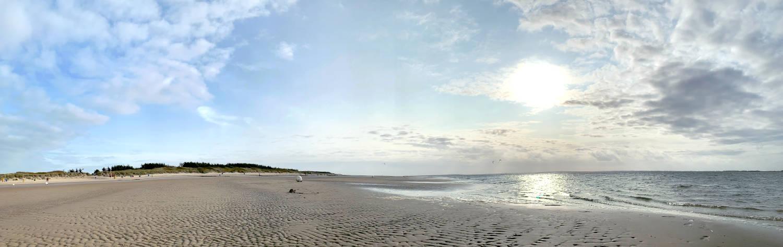 Panoramabild vom Strand. Es ist leer.