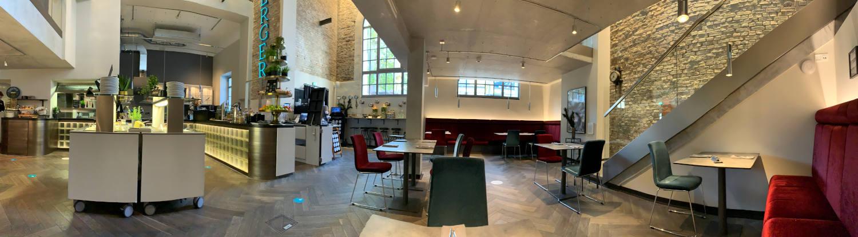 Panoramabild eines Frühstücksraum, Industriestyle mit buunten Möbel, schöner Beleuchtung