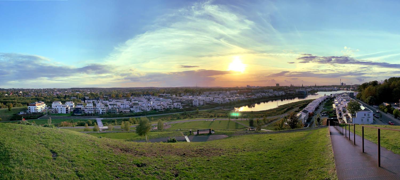 Blick vom Hügel auf den Phoenixsee bei untergehender Sonne