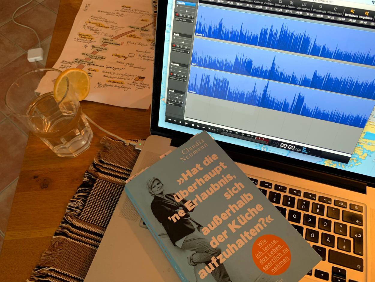 """Tonaufnahme mit drei Spuren, auf der Tastatur des Macbooks liegt das Buch von CLaudia Neumann """"Hat die überhaupt 'ne Erlaubnis, sich außerhalb der Küche aufzuhalten?"""""""
