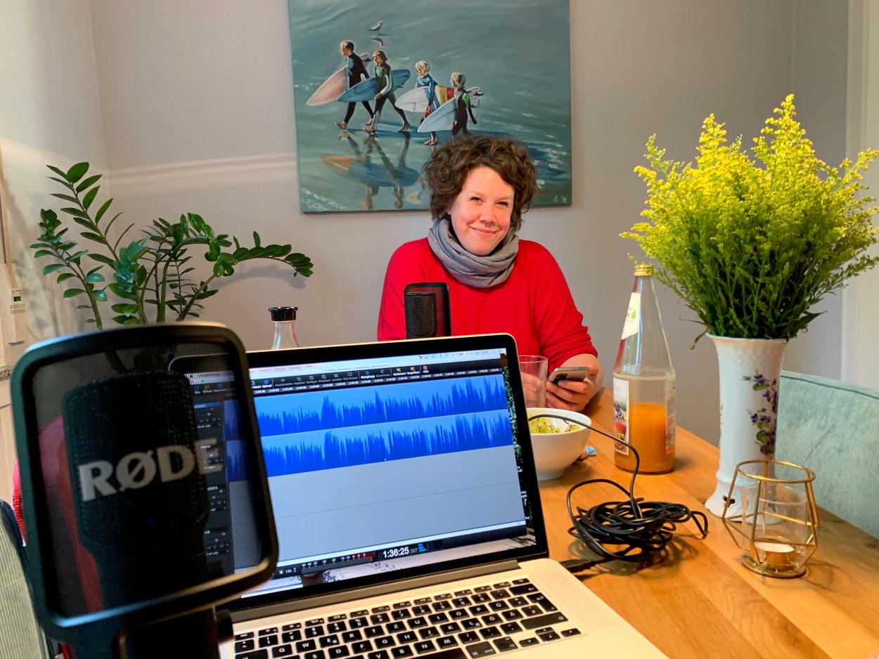 Katja an meinem Esstisch, davor ein Laptop mit Tonspur