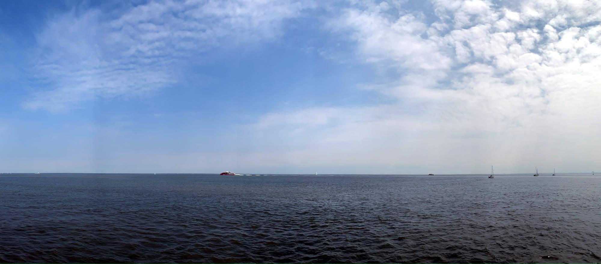 Wasser, Horizont, in der Ferne Schiffe