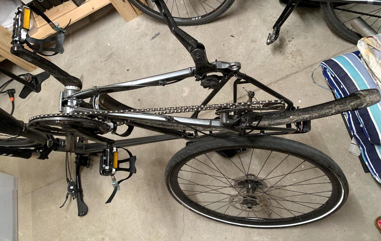 Fahrrad, auf dem Sattel stehend, Hinterrad ausgebaut